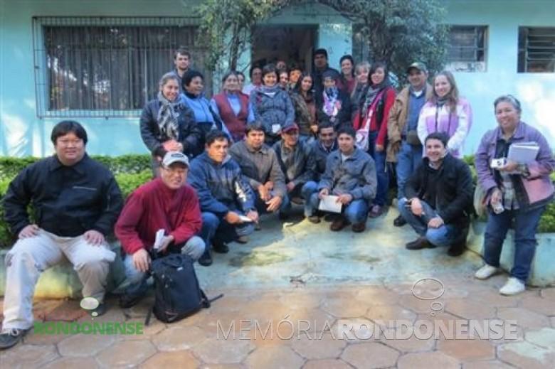 Grupo de agroecologistas paraguaios e membros da ACEMPRE e CAPA, em frente a sede da ACEMPRE em Marechal Cândido Rondon.  Imagem: Acervo O Presente - FOTO 7 -