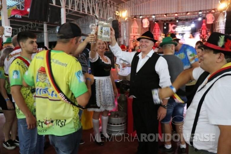 Prefeito municipal de Pato Bragado, Leomar Rohden e esposa Sueli saudando com um