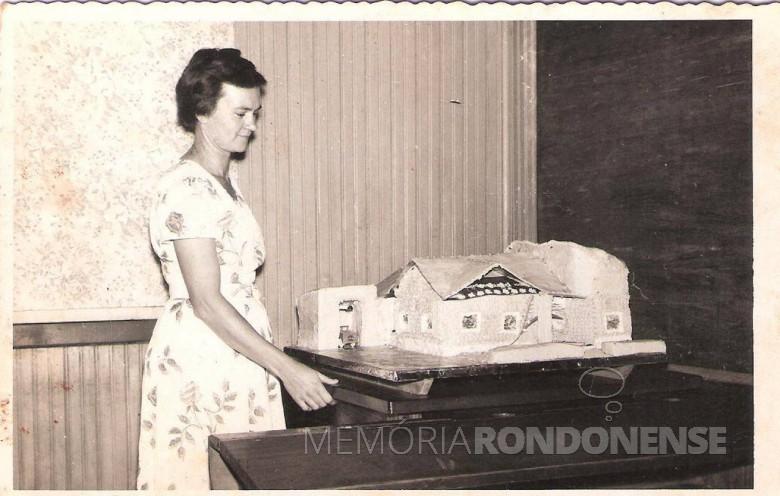 A pioneira Helga Graff Spitzer falecida em 22 de janeiro de 1990. Na foto, a réplica da casa pastoral da Comunidade Cristo  que ela ajudou confeccionar em bolo para a festa de inauguração da referida construção.  Imagem: Acervo Lore Speck - FOTO 4 -
