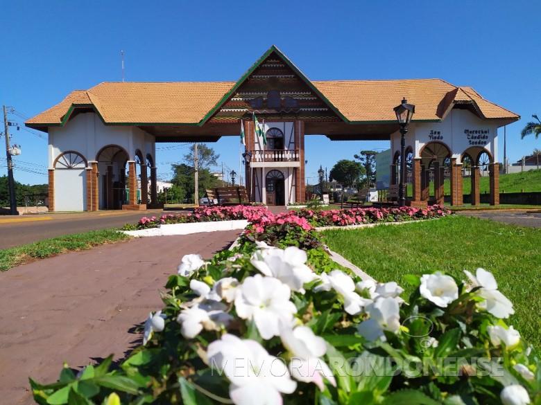 Amostra do projeto florístico implementado junto ao Portal da cidade de Marechal Cândido Rondon, em julho de 2019.  Imagem: Acervo Imprensa PM-Marechal Cândido Rondon - FOTO 24 -