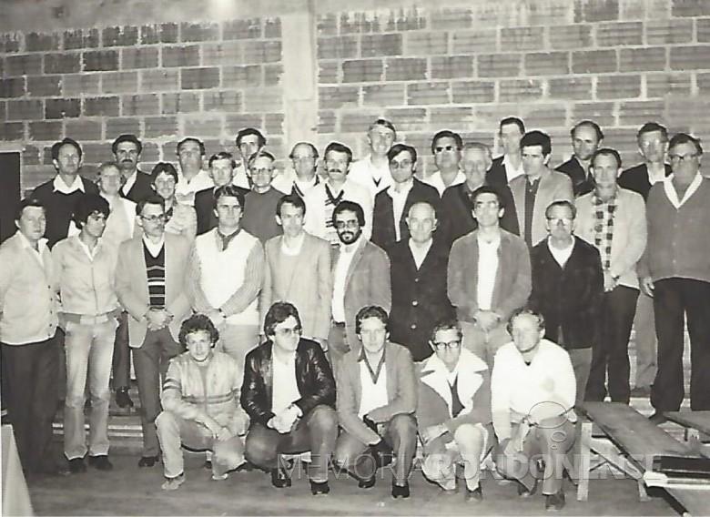 Grupo dos associados fundadores da então Cooperativa de Crédito Copagril - CREDILAGO.  Imagem: Acervo Memória Rondonense - FOTO 3 -