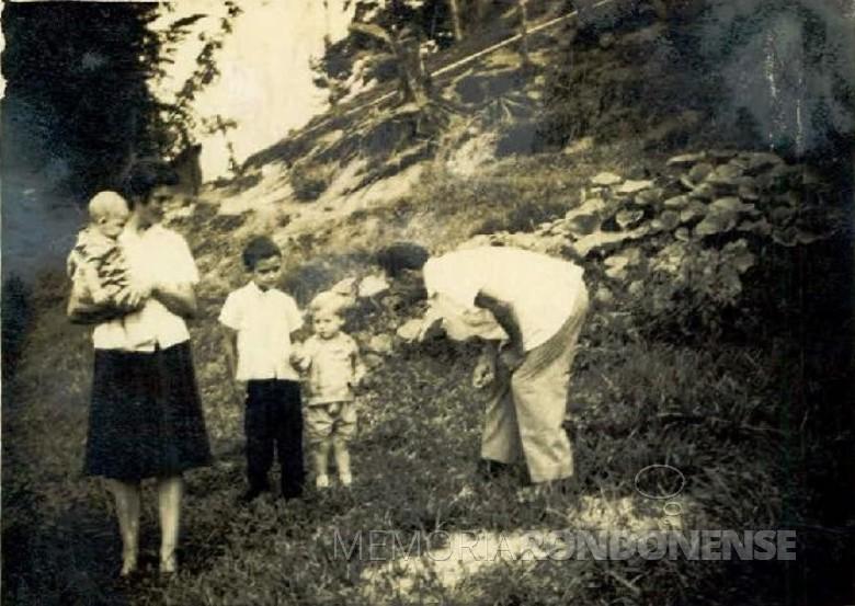 Willy Albert Spiecker com esposa Margarida e os filhos João Gabriel, Willy Alfredo e Tony Uwe, em foto nas barrancas do Rio São Francisco Verdadeiro.  Imagem: Acervo Margarida Spiecker - FOTO 6 -