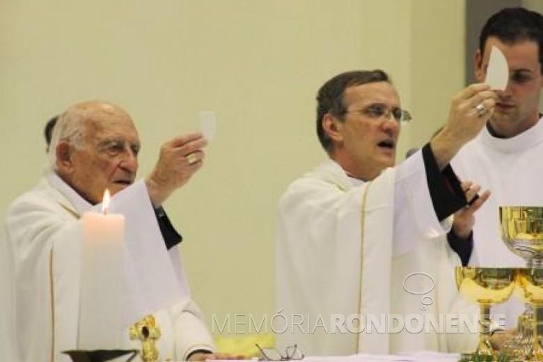 D. Francisco Bach (d) oficiando missa de seu 5º ano como bispo da diocese de Toledo conjuntamente com D. Armando Cirio, primeiro bispo da referida diocese.  Imagem: Acervo Revista Cristo-Rei - FOTO 5 -