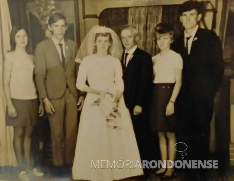 Foto feita no mesmo estúdio, os noivos com os padrinhos de casamento. À esquerda, Vali Hachmann e Rubem Zastrow e,  à direita,  o casal Nair e Dércio Gaier.  -- FOTO 7 --