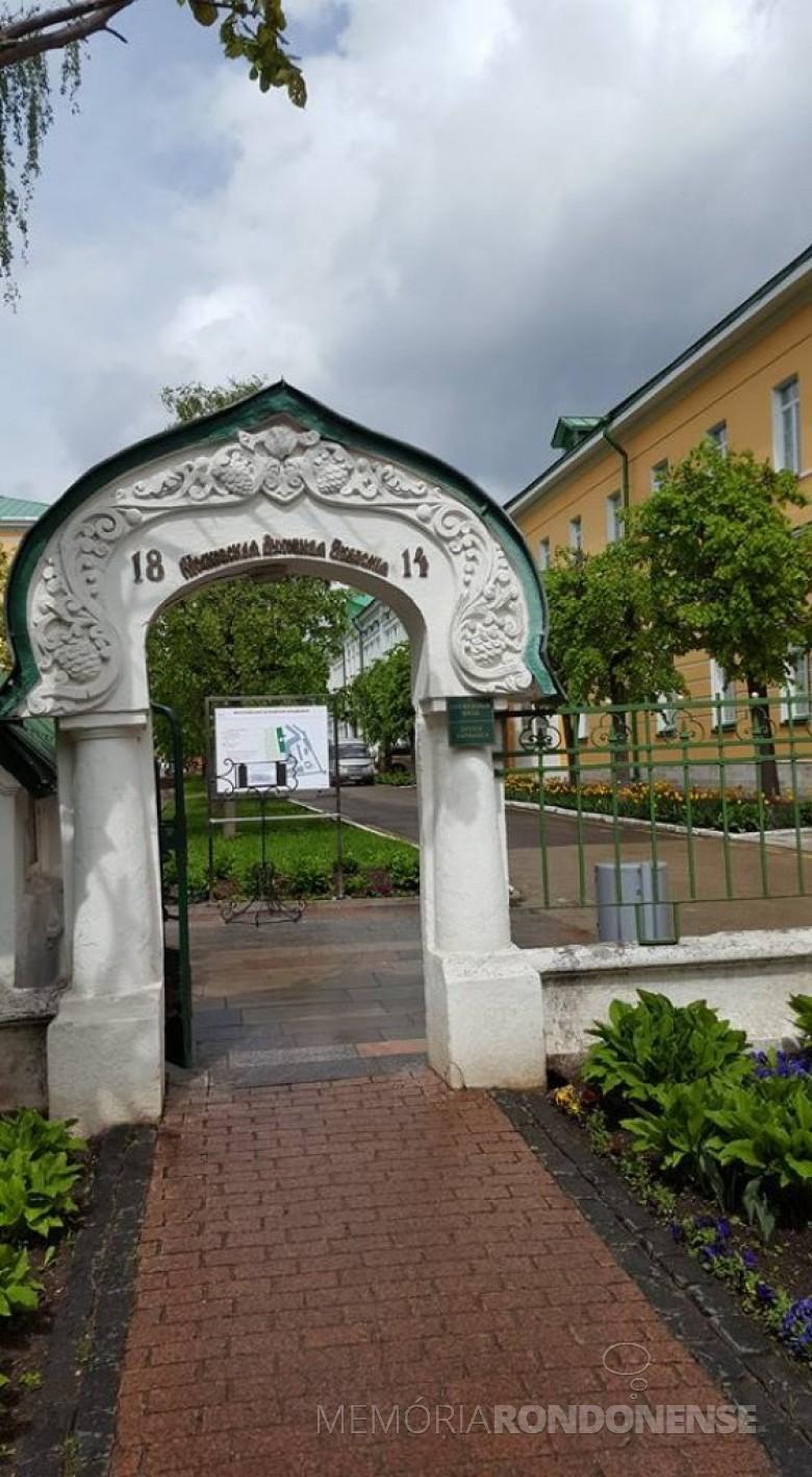 Portão de entrada da Academia Teológica de Moscou.  Imagem: Acervo Neimar Troes - FOTO 11 -