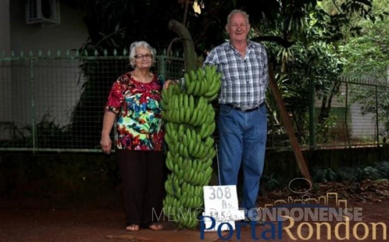 Casal Selma e Eugênio Antonio Walter com o super cacho de bananas.  Imagem: Acervo Portal Rondon - FOTO 4 -