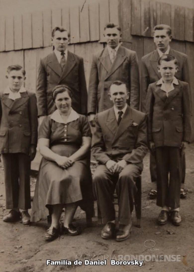 A pioneira Olga (nascida Stefanski) Borowski, com o esposo Daniel, e os filhos Edgar, Ervino, Herbert, Arthur e Geraldo, da esquerda a direita.  Imagem: Acervo Marcelo Borske - FOTO 8 -