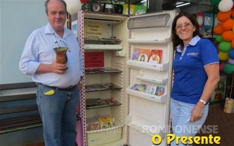 Casal Elonir José e Clarice Kochen, proprietário das Livrarias Globo junto a geladeira improvisada de biblioteca. Imagem: Acervo O Presente - FOTO 11 –