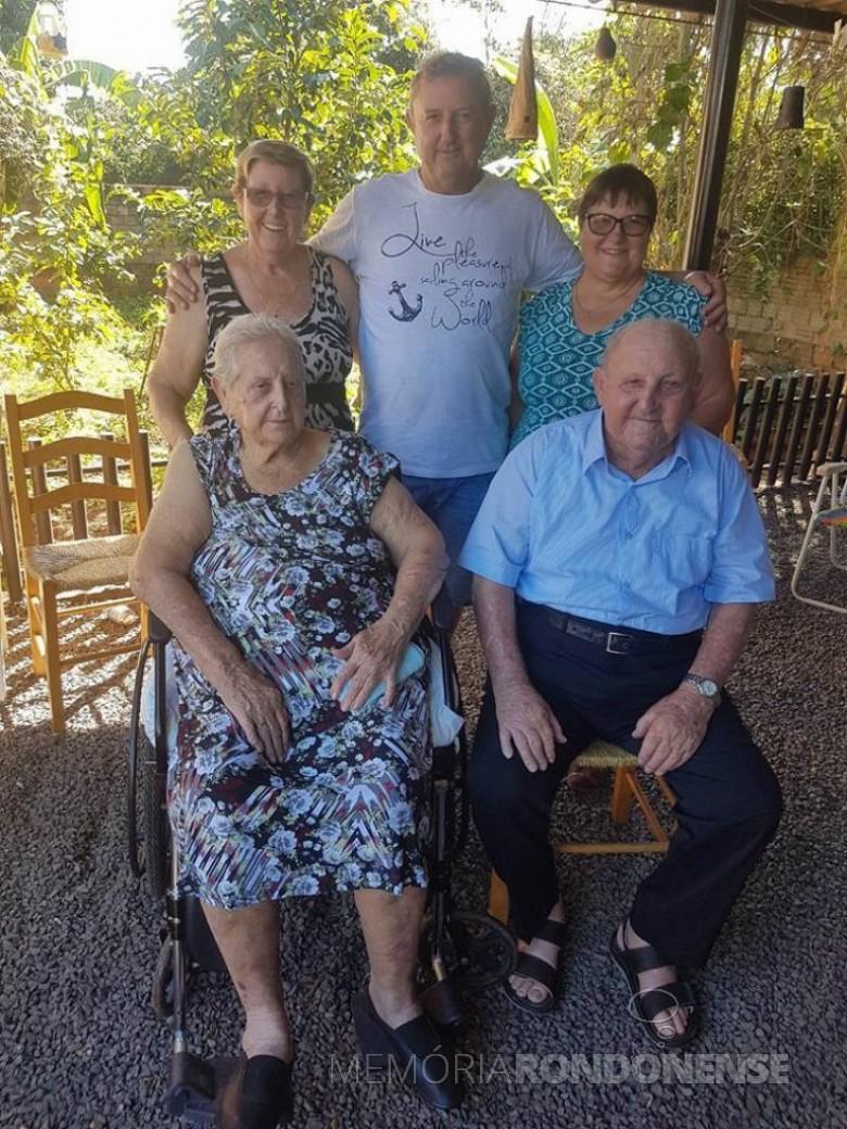 Casal pioneiro Francisca Vilma e Osvino Ernesto Wolfart, com os filhos Glades, Irineu e Inge, em fotografia feita em 18 de junho de 2017,  data que festejaram em família as Bodas de Macieira (74 anos de casados).  Imagem: Acervo de Inge Wolfart - FOTO 10 -