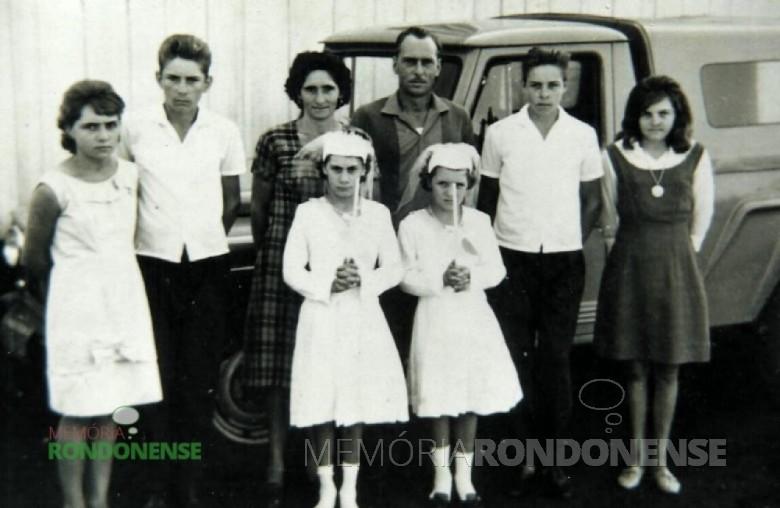 O casal de pioneiros Daniel e Thereza (Sauer) Zymslony e filhos. Da direita à esquerda: Wali, Adelmo, a mãe Thereza, pai Daniel, Arlindo, Selma,  Rosa e Irene (as duas últimas em dia de primeira comunhão).  Imagem: Acervo Adelmo Zymslony - FOTO 3  -