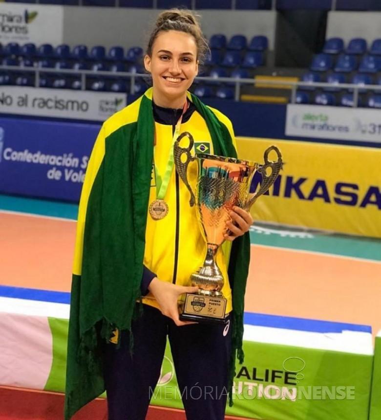 Atleta rondonense Larissa Besen com o troféu de 1º lugar do Campeonato  Sul Americano Sub-20 .  Imagem: Acervo Imprensa PM- MCR - FOTO  13 -