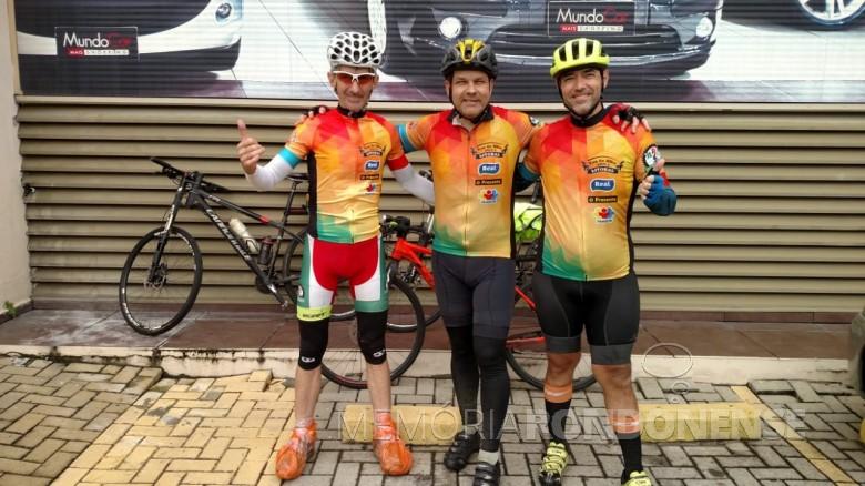 Ciclistas rondonenses Paul Lírio Berwig, Sérgio Mokfa e Marcelo Garcia na chegada em Florianópolis, em  seu tour que teve saída de Marechal Cândido Rondon no amanhecer de 25 de maio.  Imagem: Acervo O Presente - FOTO 11 -