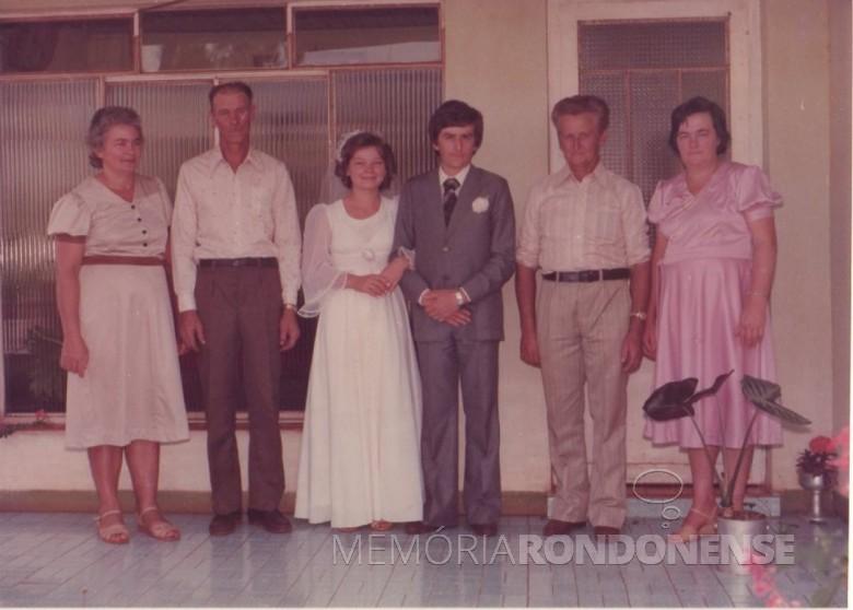 Os noivos Clarice Beatriz Schacht e Elemar Fietz, com seus respectivos pais:  Rene Assela e Seni Edemar (e) e Aury e Carlos Fietz.  Imagem: Acervo do casal - FOTO 17 -