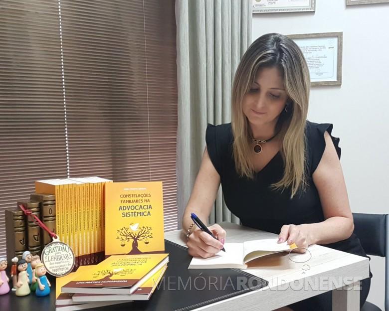 Advogada rondonense Bianca Pizzato Carvalho autografando livro