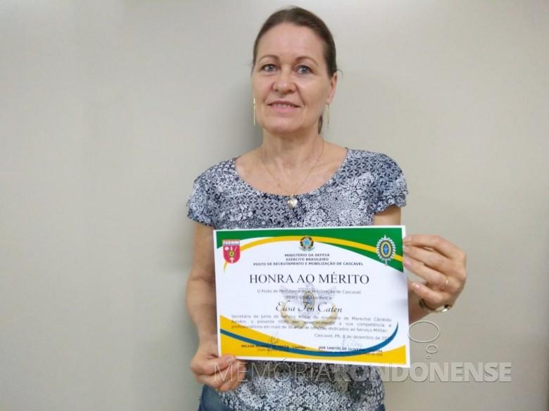 Elisa (nascida Dresch) Ten Caten, servidora municipal rondonense com a homenagem aos 38 anos de trabalho  na Junta Militar de Marechal Cândido Rondon.  Imagem: Arcervo Imprensa PM-MCR - FOTO 9 -