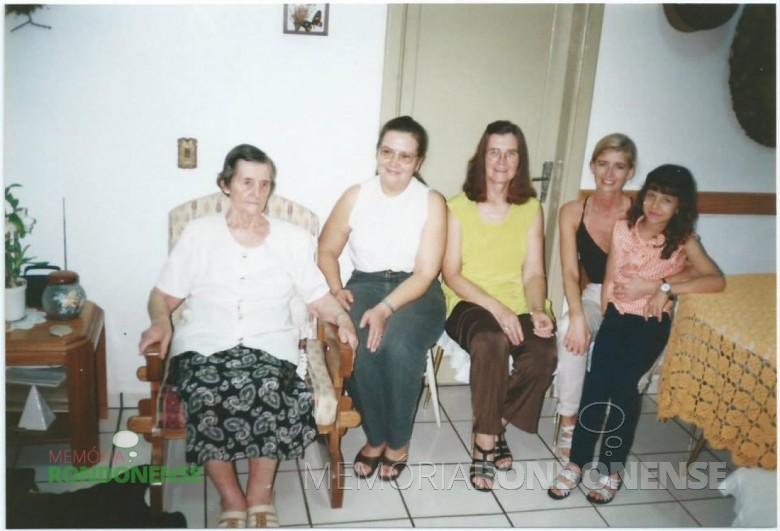 Pioneira Eli Witeck Finger com as filhas Clarice e Cleci e netas, da esquerda para a direita. Imagem: Acervo Cleci Kleemann e Clarice Dahmer —