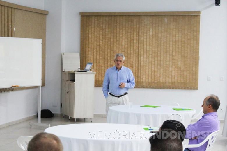 Instrutor Ademiro Vian no treinamento sobre crédito rural, evento organizado pela Copagril e Ocepar, em Marechal Cândido Rondon.  Imagem: Acervo Comunicação Copagril - Crédito: Tainã Felipe Cerny - FOTO 11 -