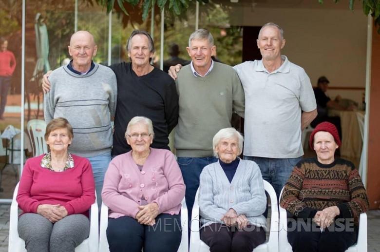 Pioneira rondonense Rosa Olga Balkau (de blusa cincza), na comemoração do seu 99º aniversário.  Da direita à esquerda, em pé: Edemar, Sigmar, Erlo e  Verner . Sentadas:  Lucila, Iloni, aniversariante e  Alice.  Imagem: Acervo da família - FOTO 5  -