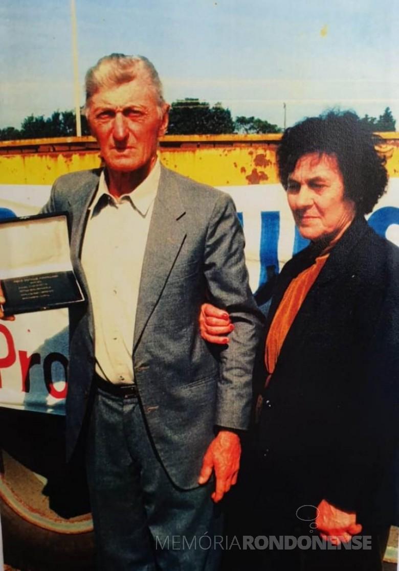 Pioneira Terezinha Bellé, falecida em 04 de maio de 2019, na companhia do esposo Henrique Bellé, durante premiação de melhor produtor de leite de Marechal Cândido Rondon. Imagem: Acervo Vânia Bellé - FOTO 7 -