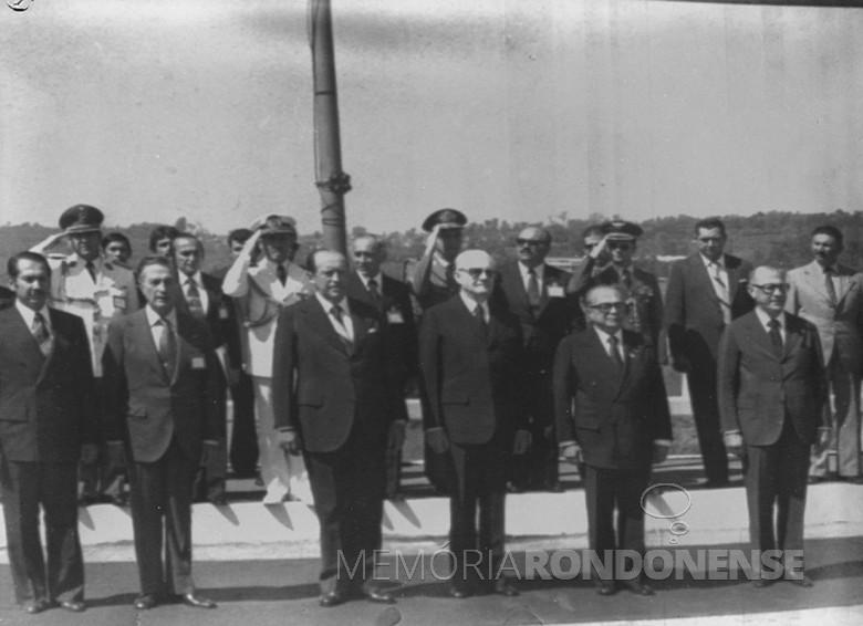 Presidentes do Brasil e do Paraguai ouvindo a execução dos hinos nacionais de seus respectivos países. Imagem: Acervo Wagner Dias - Foz do Iguaçu - FOTO 11 -