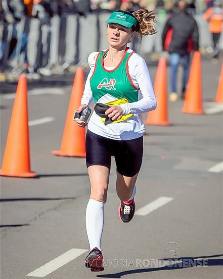 A atleta rondonense Rosane Kozerski Kunzler em Porto Alegre, na 33ª Maratona Internacional, onde conquistou o 1º lugar .  Imagem: Acervo O Presente - FOTO 3 -
