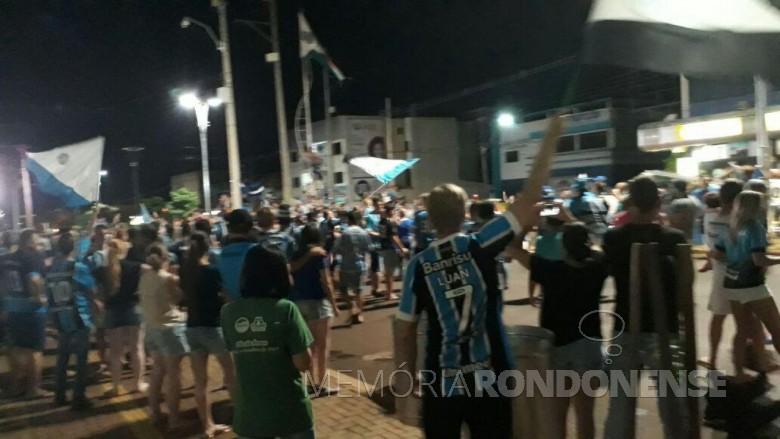 Gremistas rondonenses comemorando a vitória do Grêmio Portoalegerense  na rotatória no entroncamento das Avenidas Rio Grande do Sul e Maripá.  Imagem: Acervo O Presente - FOTO 10 -