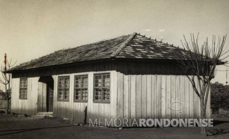 A primeira escola da sede distrital de Porto Mendes, substituída em 1968, pelo Grupo Escolar Comandante Luiz Augusto de Moraes Rego. Imagem: Acervo Fundo Fotográfico de Marechal Cândido Rondon - FOTO 4 -