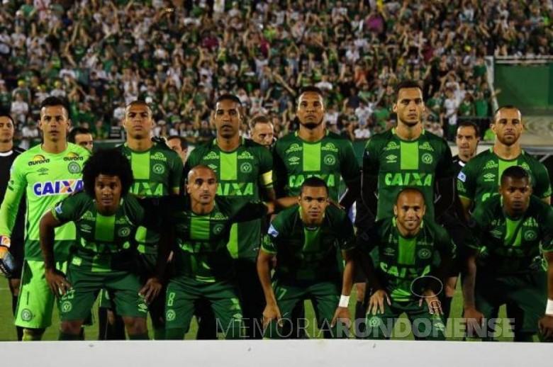 Equipe da Chapecoense 2016 acidentada na Colômbia, em novembro de 2016.  Imagem: Acervo http://jornaldesantacatarina.clicrbs.com.br/ Crédito: Nelson Almeida/AFP - FOTO 7 -