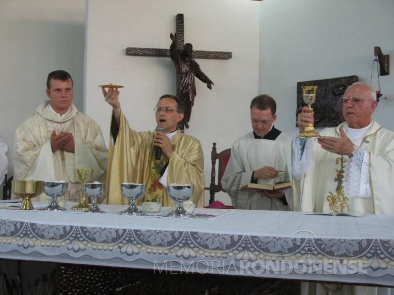 Celebração eucarística durante a missa de ordenação de Neimar Troes.  Imagem: Arquivo pessoal - FOTO 8 -