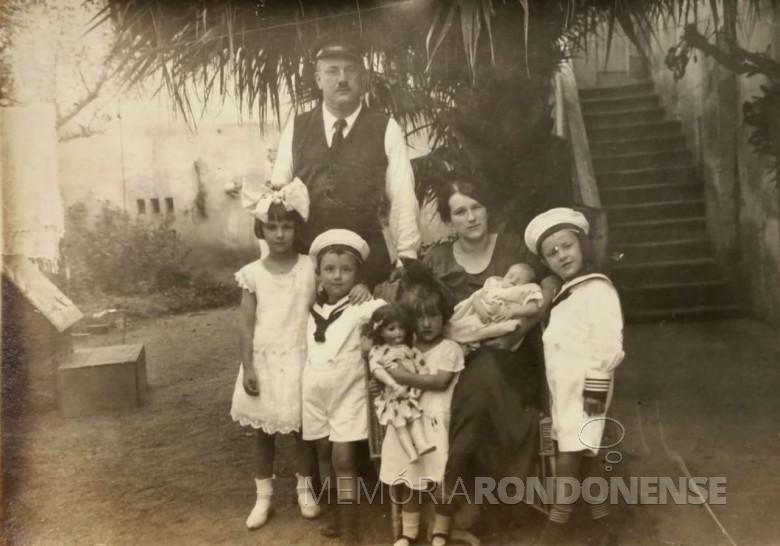 Casal Mary Stela e Karl Seyboth com os  filhos, da esquerda à direita: Gabriele, Friedrich Rupprecht, Brunhilde, Fritz (bebe) e Karl. Imagem: Acervo Família Seyboth - FOTO 2 -  A foto foi tirada em Estrela (RS).