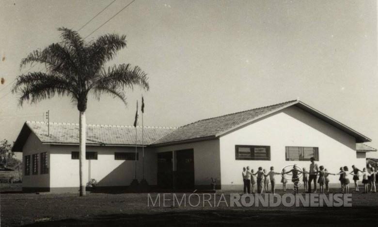 Grupo Escolar Floriano Peixoto, da sede distrital de Iguiporã, inaugurado em maio de 1971.  Imagem: Acervo Fundo Fotográfico de Marechal Cândido Rondon - FOTO 2 -