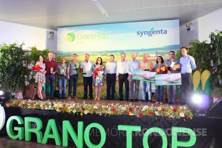 Diretoria da Copagril e representante da Syngenta com os premiados do Grano Top Milho 2017.  Imagem: Acerco Comunicação Copagril - Crédito: Fernando Ames - FOTO 11 -