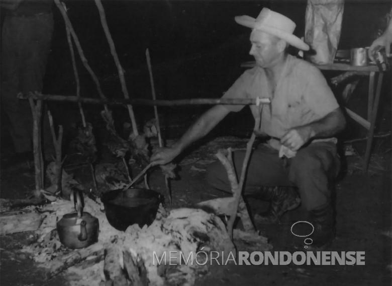 Pioneiro e ex-vereador Lauro Weirich preparando uma confraternização nos tempos em que era diretor de Viação e Obras de Marechal Cândido Rondon. Imagem: Acervo Nair (Klauck) Weirich - FOTO 2 –