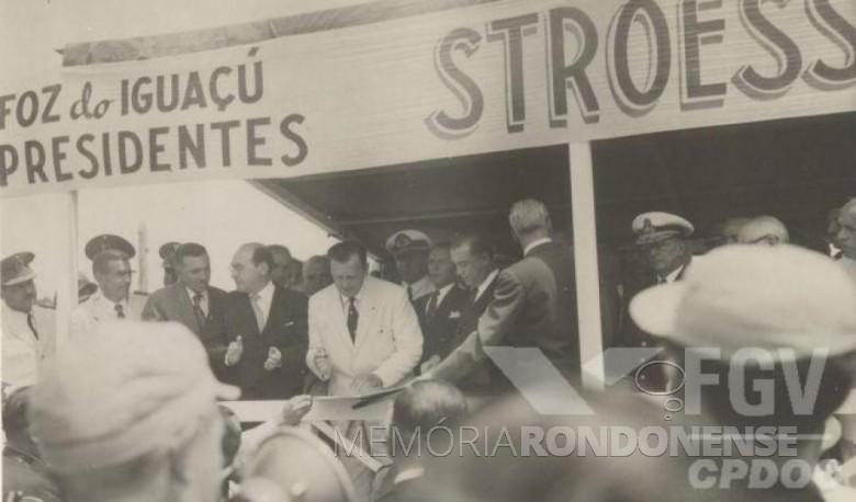 Presidente Stroessner assinando   o convênio com o Brasil para a construção da Ponte da Amizade. Imagem: Acervo Wagner Dias - Foz do Iguaçu - FOTO 2 -
