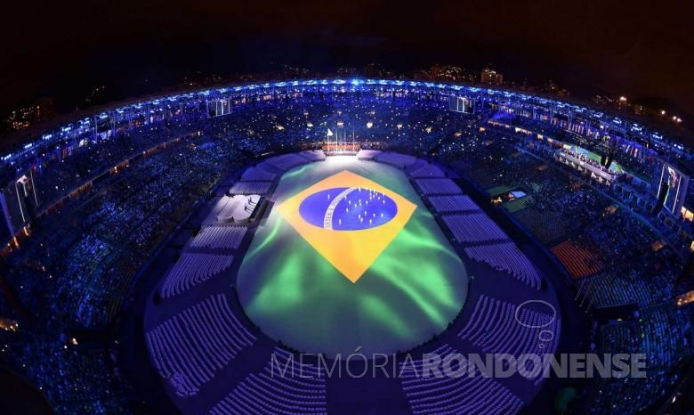 Representação da bandeira nacional no tablado que cobria o gramado do estádio do Maracaná, durante a execução do Hino Nacional.  Imagem: Reprodução - FOTO 5 -