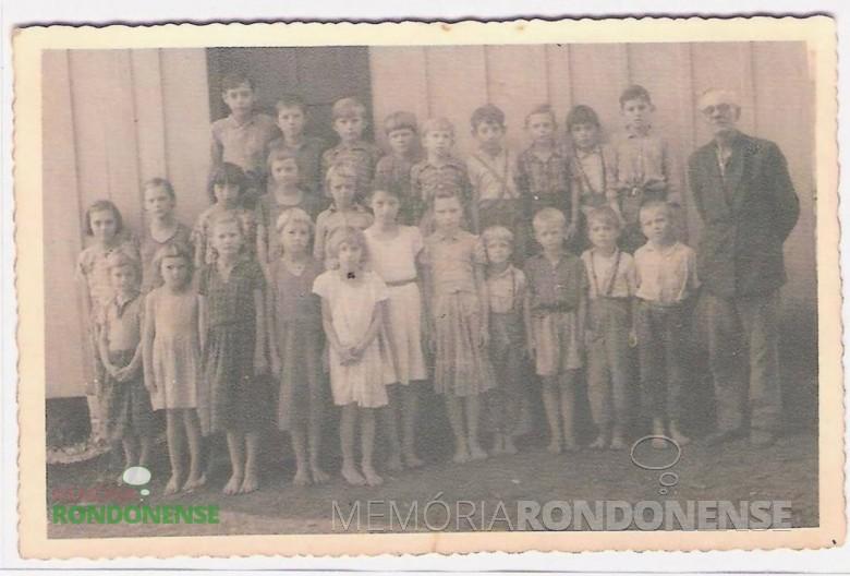 Professor Roberto Graff, falecido em 31 de dezembro de 1971, com o seu primeiro grupo de alunos na então escola Rui Barbosa da Linha Concórdia. Imagem: Acervo Vilton Graff - FOTO 1 -