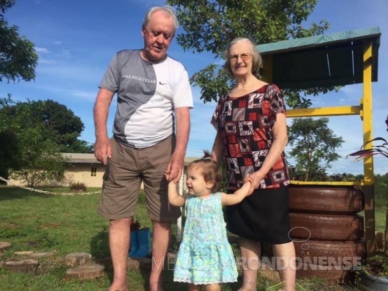 A pioneira rondonense Elzira Hiller, na companhia do esposo Willy Guilherme e com a bisneta Aline. A ex-rondonense falecue em final de julho de 2018.  Imagem: Acervo Edison Hiller - FOTO 13 -