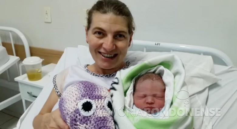 Marilete Gauer com o filho Lucas Rafael, a primeira criança nascida no Hospital Municipal Dr. Cruzatti.  Imagem: Acervo Imprensa - PM-MCR - FOTO 2 _