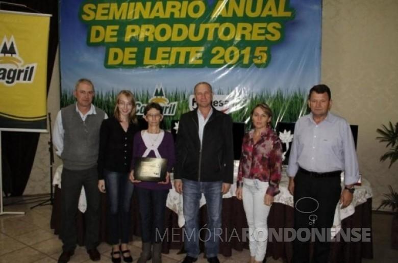 A produtora de leite Alsi Mielke recebendo a premiação na categoria