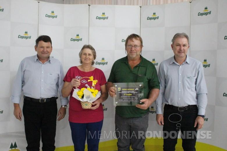 Produtor Tadeu Lewandoski e esposa recebendo o prêmio de 1º lugar em
