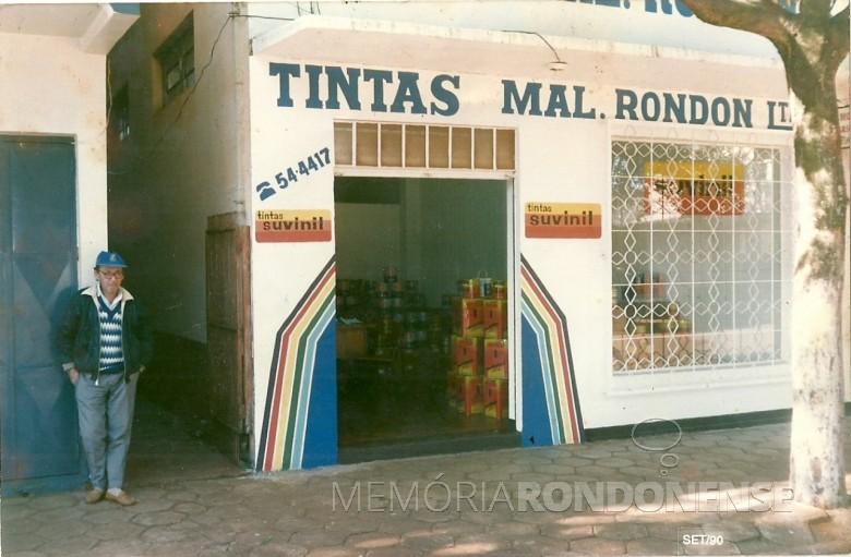 Primeira loja das Tintas Rondon, a rua Paraná.  A pessoa à esquerda é o senhor Zeno Scherer, pai de Marcenita Peracchi, proprietária-sócia da empresa.  Imagem: Acervo Tintas Rondon - FOTO 5  -