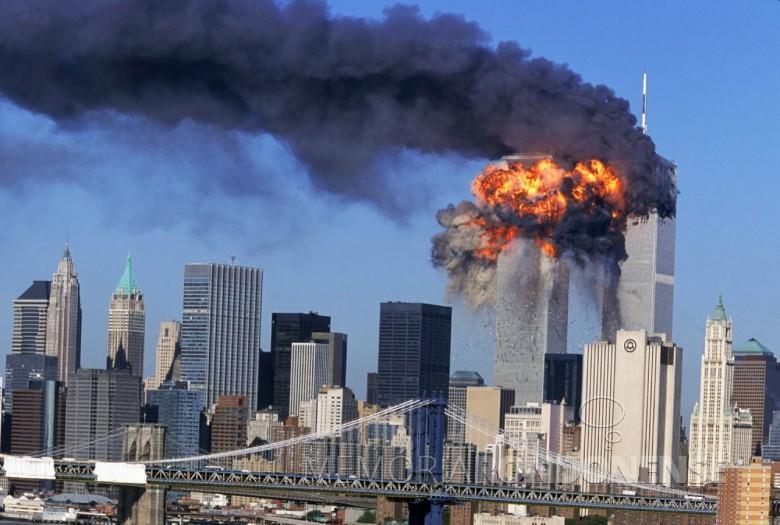 Explosão no momento em que o avião bateu contra a torre sul do WTC.  Imagem: Acervo http://articles.latimes.com/ Crédito: Robert Clark / Associated Press - FOTO 6 -