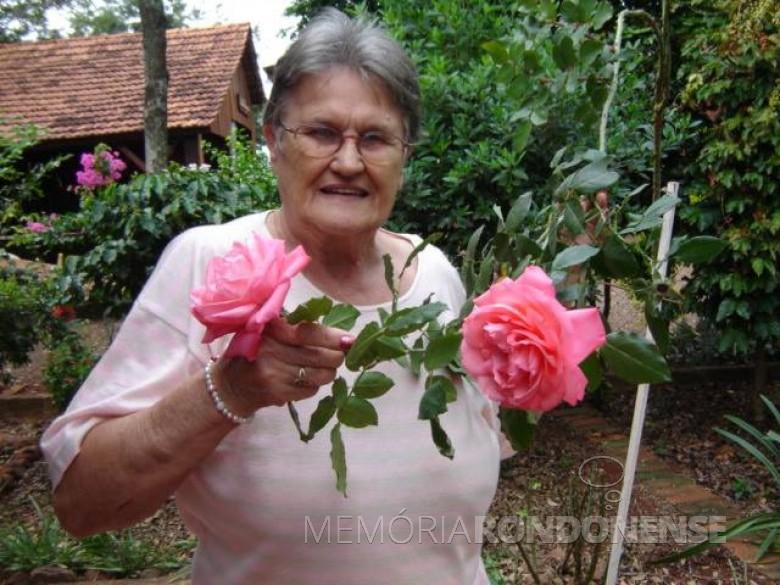 A pioneira Ursulina Augusta (nascida Londero) Ragazzan fotografada em seu jardim com o hobby que mais gostava: cultivar rosas, segundo seus familiares.  Imagem: Acervo Dianete Maria Ragazzan - FOTO 2 -