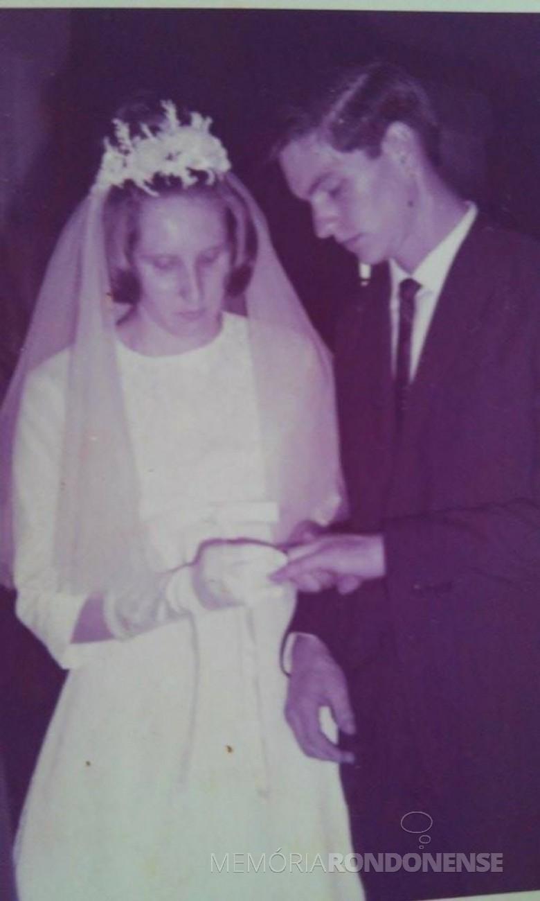 Troca de alianças dos noivos Venilda Mees e Romeu Saatkamp na Igreja Martin Luther, em janeiro de  1967.  Imagem: Acervo do casal - FOTO 8 -