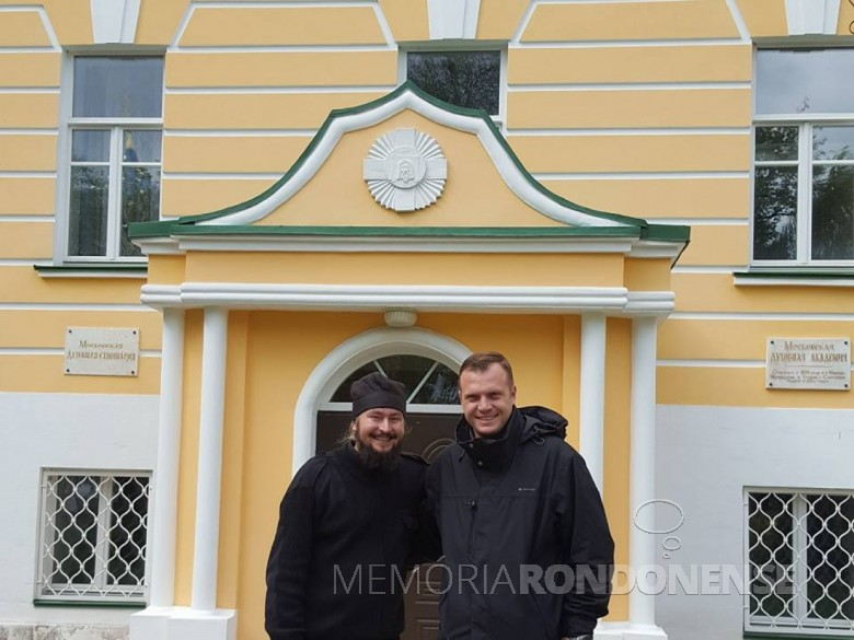 Padre Neimar Troes com o doutor e monge Filotej, da Academia Teológica de Moscou.  Imagem: Acervo Neimar Troes - FOTO 10 -