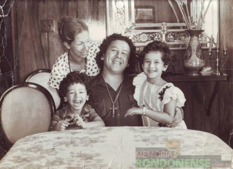 Cantor Altemar Dutra com a esposa, a cantora Martha Mendonça e filhos; ele que se apresentou a primeira vez em Marechal Rondon em 05 de maio de 1971. Imagem: Acervo Memória Rondonense – FOTO 2