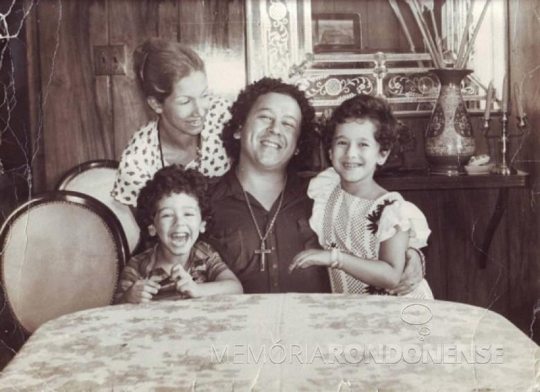 Cantor Altemar Dutra com a esposa, a cantora Martha Mendonça e filhos; ele que se apresentou a primeira vez em Marechal Rondon em 05 de maio de 1971. Imagem: Acervo Memória Rondonense – FOTO 3