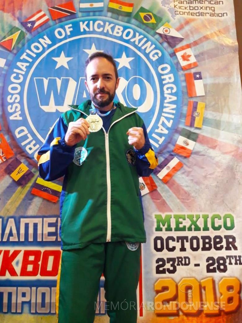 Adrian Alaver Fernandes com a sua medalha de ouro conquistada na cidade do México.  Imagem: Acerco Comunicação Copagril - FOTO 13 -