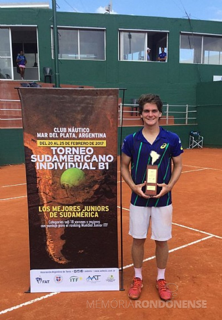 Tenista rondonense Thiago Wild com o troféu de campeão do Sul-Americano Juvenil de Tênis 1978, na Argentina. Imagem: Acervo http://tenisbrasil.uol.com.br - FOTO 3 -