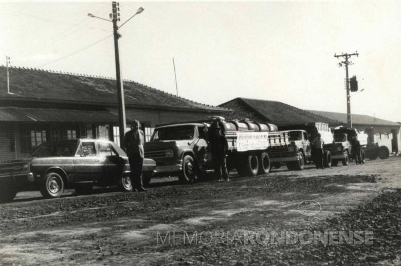 Prefeito Dealmo Selmiro Poersch, de Marechal Cândido Rondon,  com a frota de caminhões da Prefeitura e motoristas para o início do então ACISO 71.  Imagem: Acervo Fundo Fotográfico de Marechal Cândido Rondon - FOTO 7 -